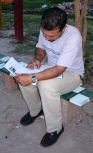Santos haciendo las tareas del Seminario.